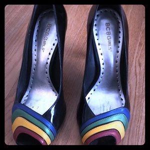 Black peep toe pumps with multicolor stripe